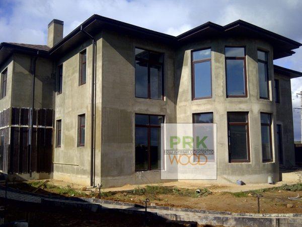 дом с коричневыми окнами